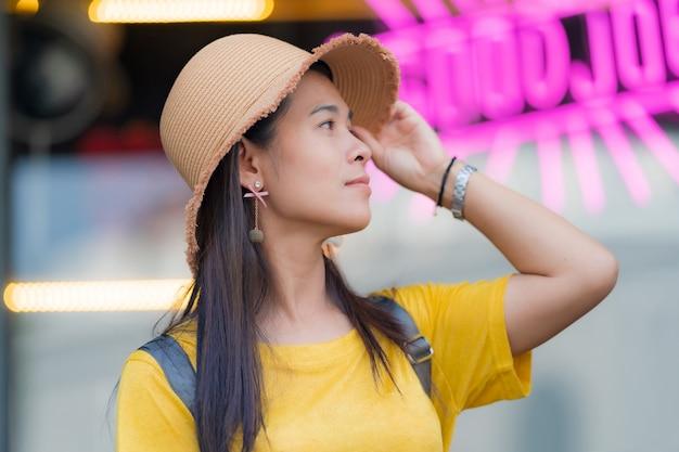 Mujer asiática con sombrero de paja