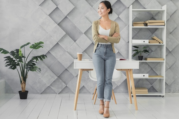 Mujer asiática sonriente en su oficina