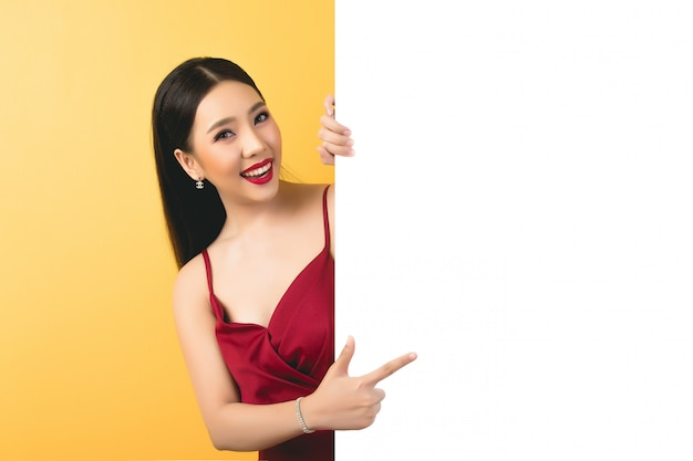 Mujer asiática sosteniendo y mirando a bocadillo con espacio vacío para texto