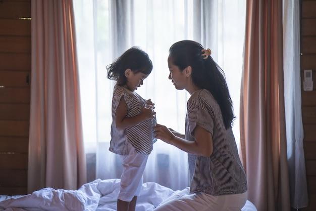 La mujer asiática y su hija prepararon la ropa