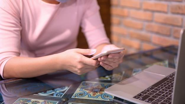 Mujer asiática con tarjeta de crédito para compras en línea y entrega a domicilio. nueva normalidad y vida después del covid-19. quédate en casa, mantente a salvo. distanciamiento social y distanciamiento físico.