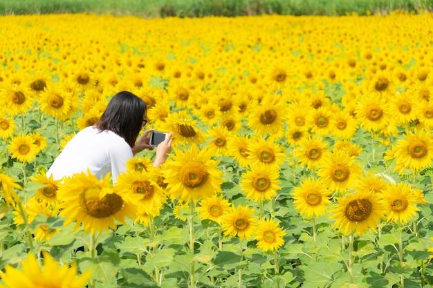 Mujer asiática toma foto smartphone.
