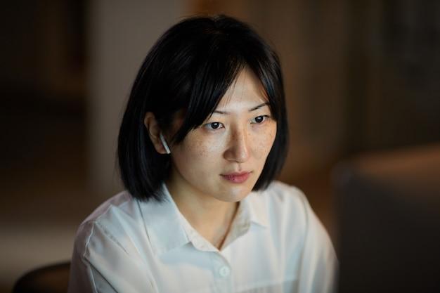 Mujer asiática trabajando en la noche