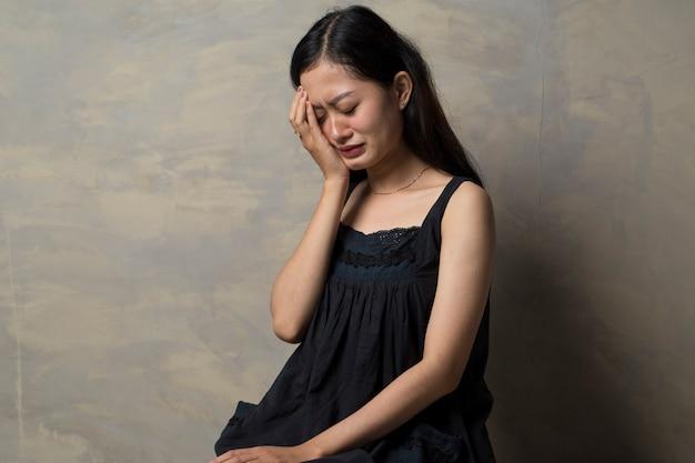 Mujer asiática triste solitaria y deprimida