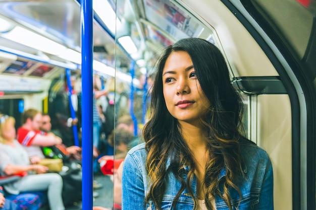 Mujer asiática en el tubo en londres