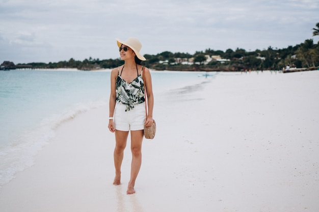 Mujer asiática de vacaciones en la playa