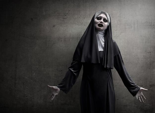 Mujer asiática vestida de monja malvada