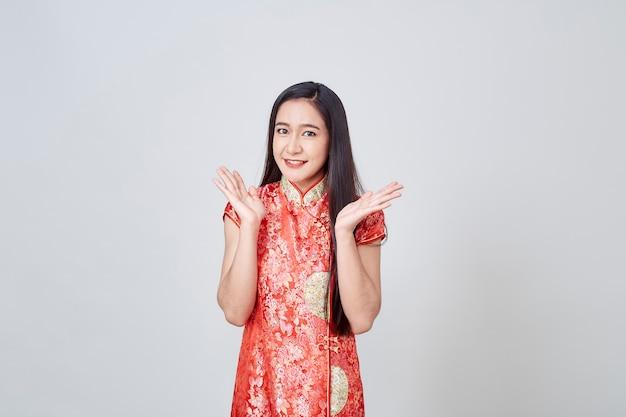 Mujer asiática en vestido chino cheongsam tradicional