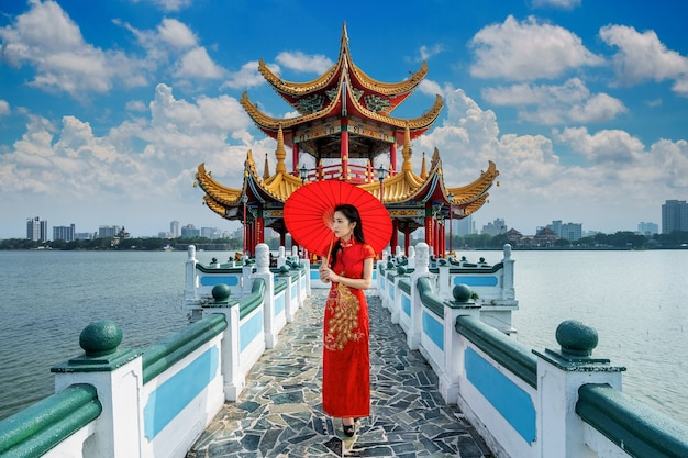 Mujer asiática en vestido chino tradicional caminando en las famosas atracciones turísticas de kaohsiung en taiwán.