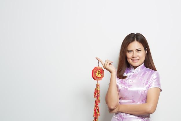 Mujer asiática en vestido largo chino tradicional en blanco