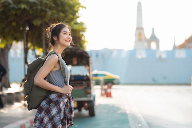 Mujer asiática viajera viajando y caminando en bangkok, tailandia