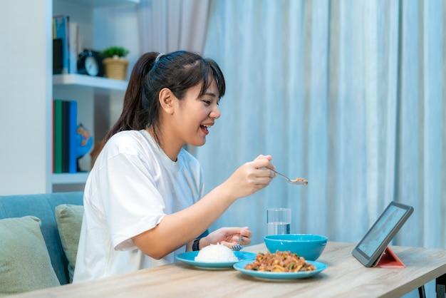 Mujer asiática virtual happy hour reunión cena y comida juntos en línea