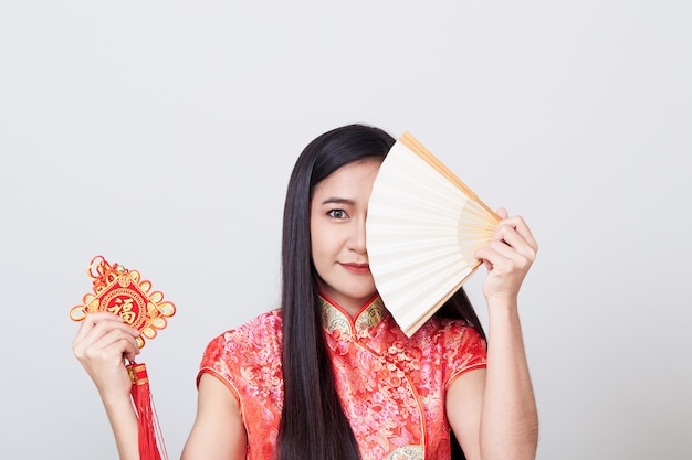 Mujer asiática vistiendo cheongsam