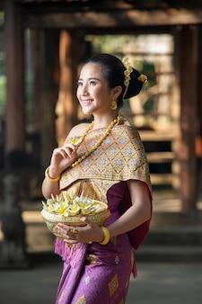 Mujer asiática vistiendo la cultura tradicional de laos, hermosa chica de laos en traje de laos en el templo, estilo vintage, luang prabang, laos.