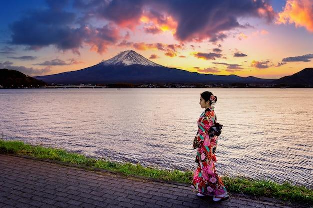 Mujer asiática vistiendo kimono tradicional japonés en la montaña fuji