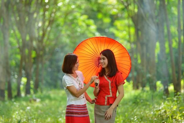 Mujer asiática vistiendo pueblo tailandés tradicional, estilo vintage, tailandia