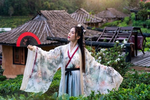 Mujer asiática vistiendo traje tradicional chino en ban rak thai village en la provincia de mae hong son, tailandia