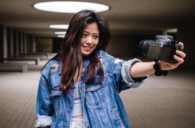Mujer asiática, vlogging, y, utilizar, cámara