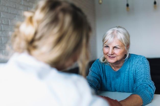 Mujer en asilo de ancianos