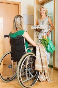 Mujer en asistente de reunión en silla de ruedas