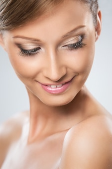 La mujer de aspecto natural está contenta con su belleza