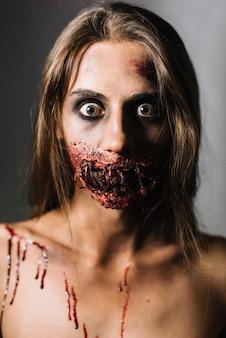 Mujer asustada con la cara dañada