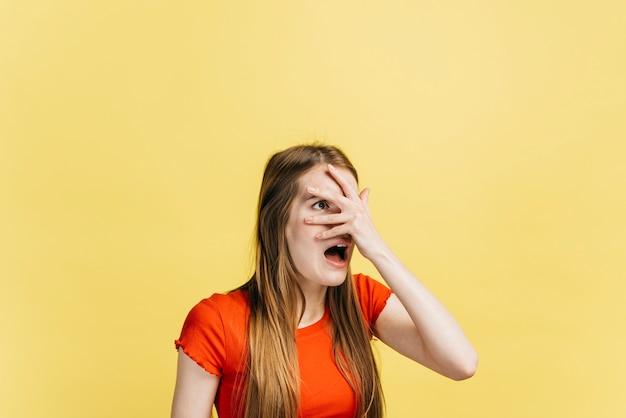 Mujer asustada cubriendo sus ojos