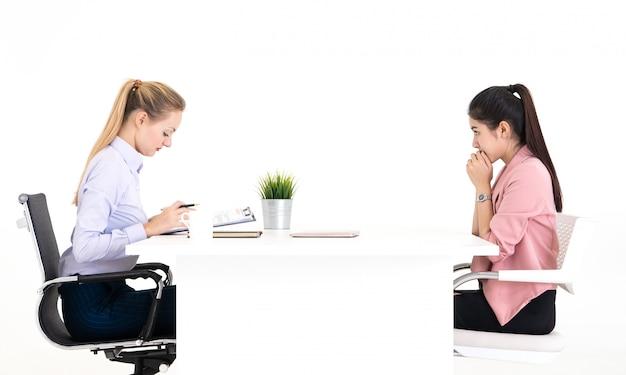 La mujer está asustada y emocionada por el oficial de recursos humanos para una entrevista de trabajo