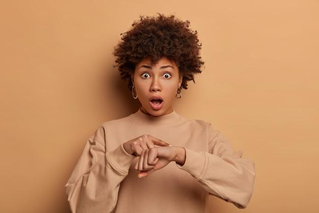 Mujer asustada se preocupa por la fecha límite, hace un gesto de tiempo