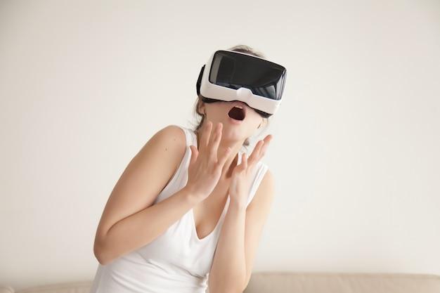 Mujer asustada con simulación virtual realista.