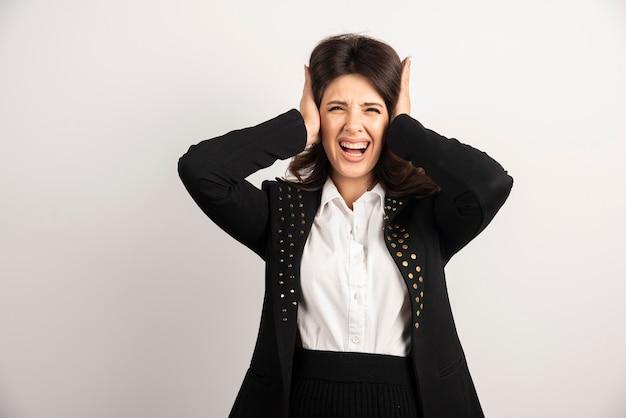 Mujer asustada tapándose los oídos en blanco