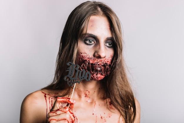 Mujer aterradora con boo escribiendo