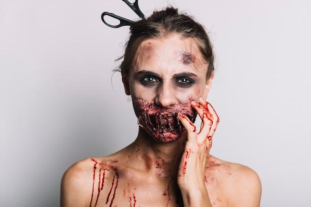 Mujer aterradora con suciedad sangrienta