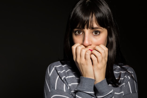 Mujer aterrorizada mirando a la cámara