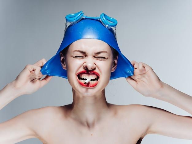 Mujer atleta con labios rojos hombros desnudos fuma un cigarrillo profesional