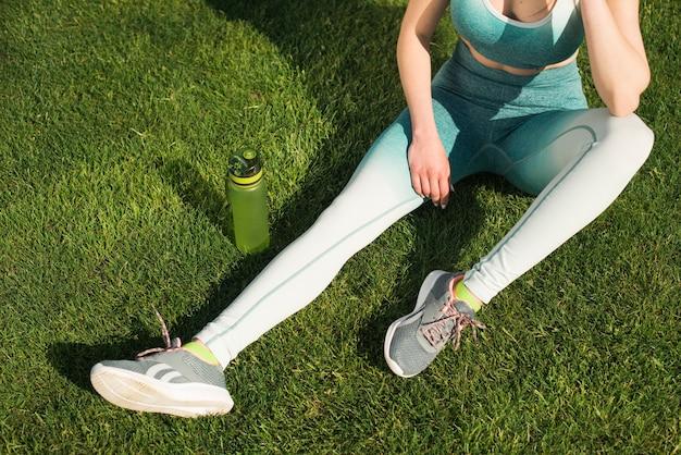 Mujer atlética bebiendo agua isotónica