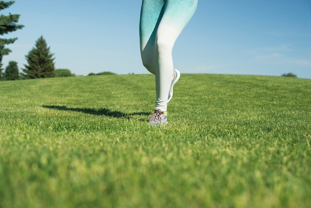 Mujer atlética corriendo al aire libre en un parque