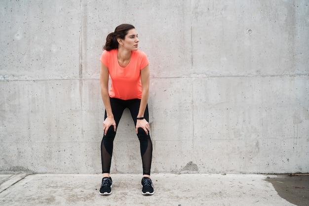 Mujer atlética en un descanso del entrenamiento.