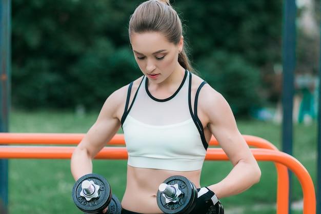 Mujer atlética haciendo ejercicio para los brazos.