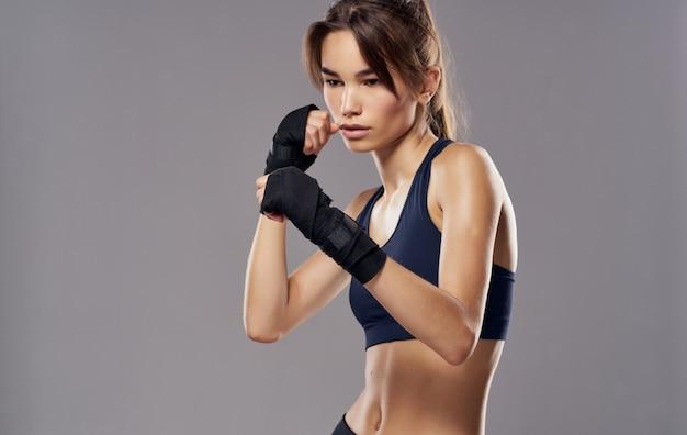 Mujer atlética kickboxing entrenamiento fitness artes marciales fondo claro