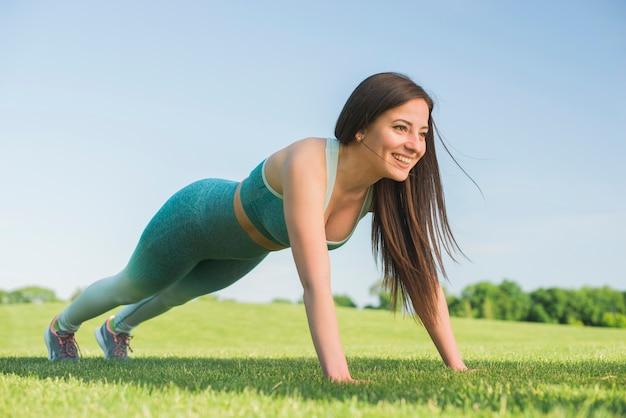 Mujer atlética practicando yoga al aire libre