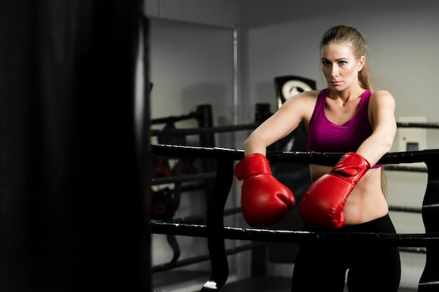 Mujer atlética rubia que tiene un descanso de entrenamiento