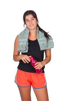 Mujer atlética con una toalla y sosteniendo una botella de agua.