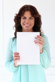 Mujer atractiva con bloc de notas