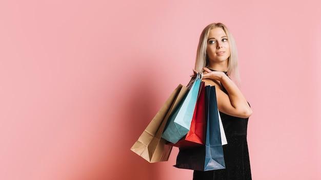 Mujer atractiva con bolsas de la compra.