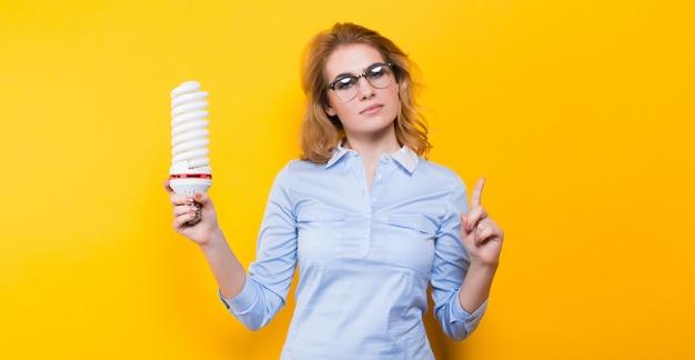 Mujer atractiva con bombilla de ahorro de energía