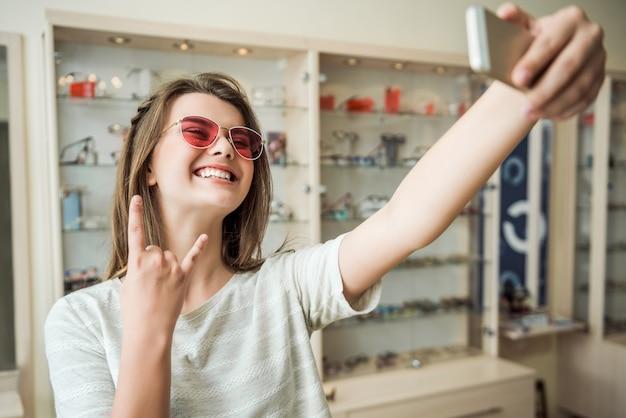 Mujer atractiva con cita previa en el oftalmólogo