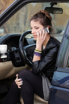 Mujer atractiva en el coche