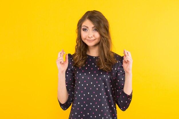 Mujer atractiva con dedos cruzados