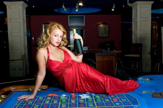 Mujer atractiva divirtiéndose en un casino mientras gana